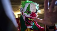 Ein als gruseliger Clown kostümierter Mann belästigte in einem Regionalzug im Saarland Reisende mit einem Messer (Symbolbild). (Foto)