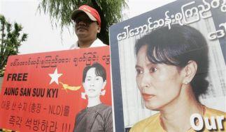 Ein Demonstrant verlangt die Freilassung von Aung San Suu Kyi. (Foto)