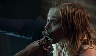 Ein Exorzist versucht Angela (Olivia Taylor Dudley) von der satanischen Gewalt zu befreien. (Foto)