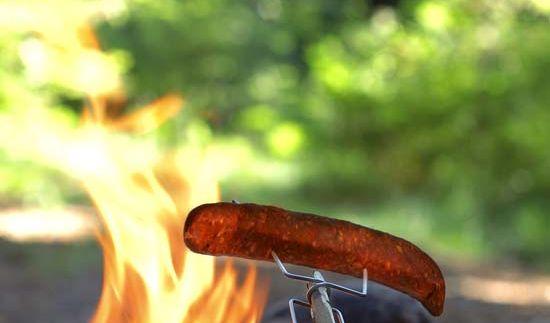 Ein kleines Feuer und schon können Sie leckeres Grillgut mit Grandpa's FireFork genießen. (Foto)