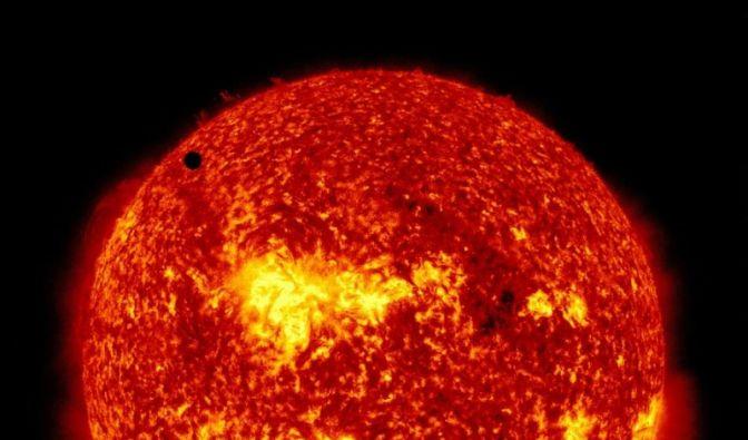 Ein winziger schwarzer Fleck auf der Sonne: Nein, keine Fliege, sondern die Venus! Hier zu sehen auf einem Bild der Nasa. (Foto)