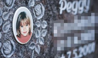 Ein Gedenkstein mit dem Porträt des Mädchens Peggy auf dem Friedhof in Nordhalben. (Foto)