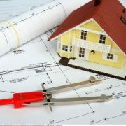 Ein Hausbau kann richtig ins Geld gehen - dabei sind Architektenhäuser nicht automatisch die teurere Variante.