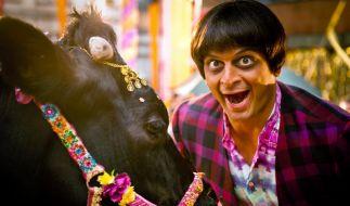 Ein Herz und eine Seele: Der Inder Ranjid (Kaya Yanar) und seine geliebte Kuh Benytha. (Foto)