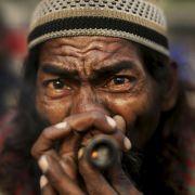 Ein indischer Pilger raucht Marihuana.