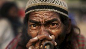 Ein indischer Pilger raucht Marihuana. (Foto)