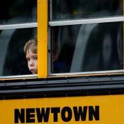 Ein Junge schaut aus einem Schulbus auf die Vorbereitungen für die Beerdigung eines Schülers, der beim Amoklauf in Newtown getötet wurde.