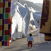 Ein Junge streift durch eine Zeltstadt für syrische Flüchtlinge im Süden der Türkei.