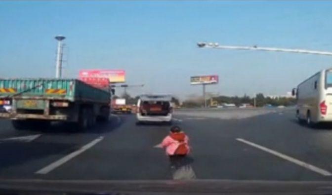 Ein Kleinkind fällt in China aus einem fahrenden Wagen, bleibt jedoch unverletzt. (Foto)