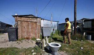 Ein frei stehendes Klo in einem südafrikanischen Township: Zwei Millionen Menschen sterben jährlich  (Foto)