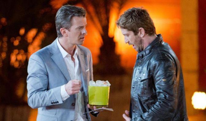 Ein Moment des Schreckens:Markus Lanz hat Eiswürfel für die Unterhose von US-Schauspieler Gerard Butler parat. (Foto)