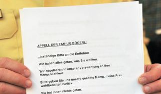Ein Polizeisprecher in Heidenheim zeigt den Appell der Familie Bögerl an die Entführer. (Foto)
