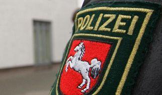 Ein Polizist aus Niedersachsen bei einem Einsatz: In Ilsede sind vier tote Kinder entdeckt worden. (Foto)