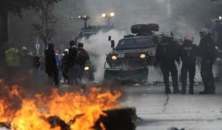 Ein Räumfahrzeug der Polizei bringt im Bezirk Wandsbek am Rande eines Aufmarsches von Rechtsextremen eine von Gegnern der Veranstaltung errichtete Barrikade weg. (Foto)
