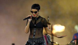 Ein bisschen schimmert es durch: Rihanna hat ein neues Tattoo unter ihren Brüsten. (Foto)