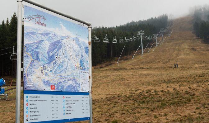 Ein Skigebiet ohne Schnee - viele Touristengebiete kämpfen 2015/16 gegen den Schneemangel! (Symbolbild) (Foto)