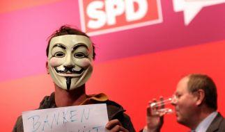 Ein spöttischer Aktivist bezeichnet Peer Steinbrück als «Bankenlobbyist». (Foto)