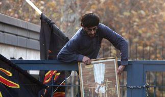 Ein iranischer Student mit einem Foto von Queen Elizabeth II., das er aus der britischen Botschaft m (Foto)