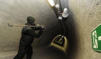 Ein Stuttgart-21-Gegner attackiert eine Überwachungskamera. (Foto)