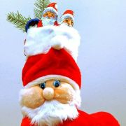 Ein mit Süßigkeiten gefüllter und mit Tannengrün geschmückter Nikolausstiefel. (Foto)
