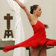 Ein Tänzchen vor dem Kreuz: Pfarrer Rolf Schmidt aus Wiesbaden plant einen erotischen Gottesdienst.
