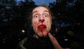 """Ein Teilnehmer der nicht angemeldeten """"Revolutionären 1. Mai-Demonstration"""" linker Gruppen in Berlin. (Foto)"""