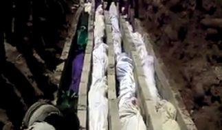 Ein Video-Still von der Beerdigung der Opfer des Massakers von Al-Hula. (Foto)