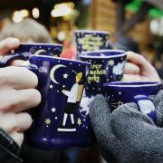Ein Weihnachtsmarkt ohne Glühwein geht nicht - allerdings stecken in dem Gebräu einige Kalorien.
