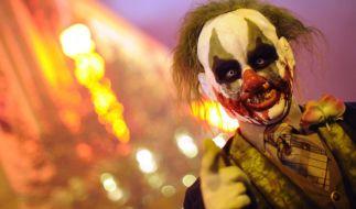 """Ein als Zombie-Clown verkleideter Darsteller im MoviePark in Bottrop. Auch in Deutschland ereignen sich zunehmend Fälle des sogenannten """"Clownsighting"""". (Foto)"""
