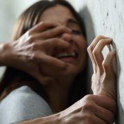 Drogendealer vergewaltigen und pfählen Mädchen (Foto)