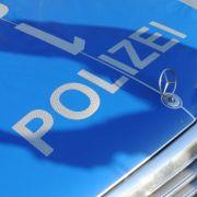 Eine betrunkene 51-Jährige brach, bei dem Versuch einen Polizisten zum Sex auf der Motorhaube des Einsatzfahrzeuges zu verführen, den Mercedes-Stern des selbigen ab. (Symbolbild) (Foto)