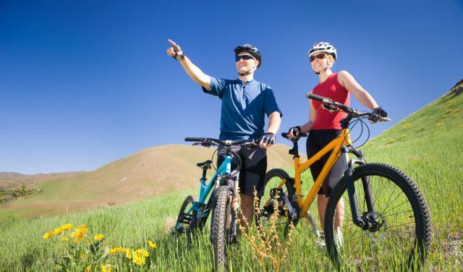 Eine ausgiebige Fahrradtour oder ein Wanderausflug in den Bergen - im Herbst machen einige Sportarten am meisten Spaß. (Foto)