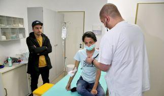 Eine iranische Frau wird in der neuen Flüchtlingsambulanz in Leipzig (Sachsen) untersucht. (Foto)