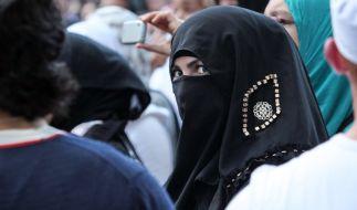 Eine vollverschleierte Frau auf einer Islamisten-Kundgebung in Hamburg. (Foto)
