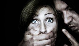Eine Frau entging nur knapp einer Vergewaltigung, weil ihr Vater einschritt. (Symbolbild) (Foto)
