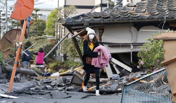 Eine Japanerin kämpft sich durch die Verwüstung. (Foto)