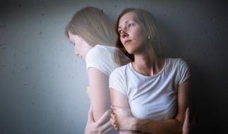 Eine junge Frau findet zu ihrer leiblichen Familie zurück. (Foto)