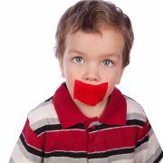 Lehrerin klebt Kindern den Mund zu (Foto)