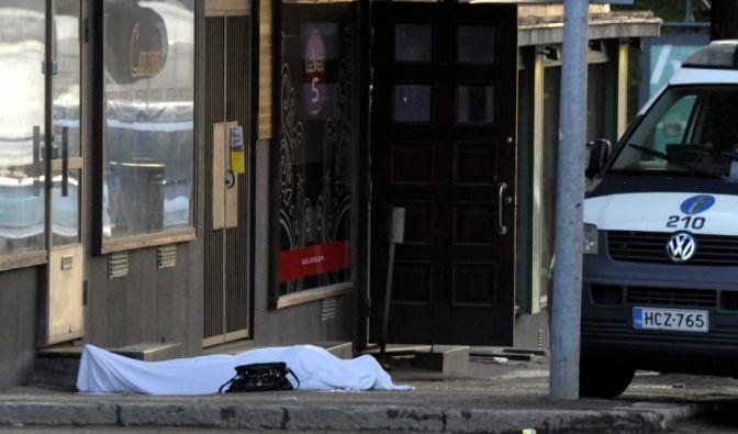Eine abgedeckte Leiche nach dem Amoklauf im finnischen Hyvinkaa. (Foto)