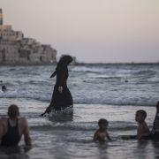 Eine Muslimin an einem Strand am Mittelmeer. (Foto)