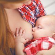 Mutter stillt Baby - und bekommt Knöllchen (Foto)