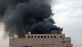 Eine dunkle Rauchwolke steht über der US-Botschaft in der sudanesischen Hauptstadt Khartum. (Foto)