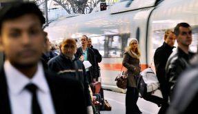 Eine Zugfahrt, die ist laut: Permanent dröhnen Ansagen über die Lautsprecher. Deshalb sollen Passagi (Foto)