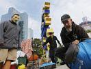 Einen Monat nach der Räumung des Occupy-Zeltlagers auf dem Hügel vor der Frankfurter EZB sprießt auf dem mitgenommenen Hügeln wieder Rasen. Direkt daneben haben die Aktivisten aber eine Mahnwache aufgebaut. (Foto)