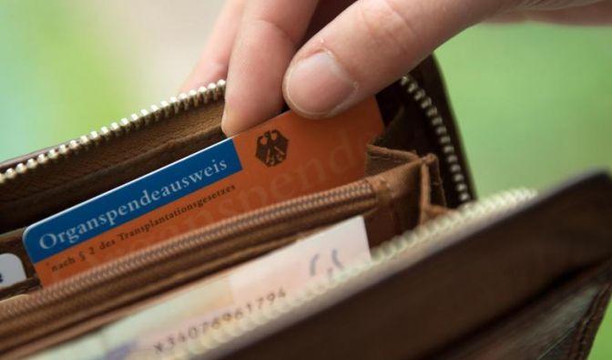 Einen Organspendeausweis sollte man immer bei sich tragen - am besten im Geldbeutel. (Foto)