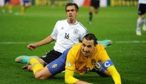 Einen Schritt zu spät: Philipp Lahm gegen Zlatan Ibrahimovic. (Foto)