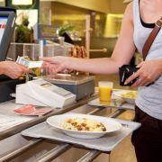 Die meisten Studenten müssen auf ihr Geld achten - die günstigen Essenspreise in der Mensa wissen viele zu schätzen.