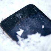 Einfrierende Flüssigkristalle, springendes Displayglas: Kälte kann ein Smartphone in Mitleidenschaft ziehen. (Foto)