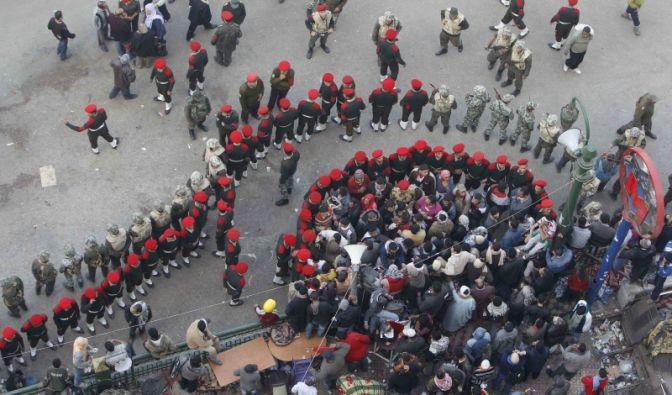Eingekesselte Demonstranten (Foto)