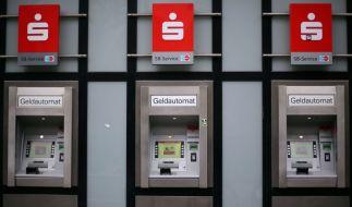 Einige Sparkassen haben nach einer Untersuchung das kostenlose Geldabheben am Automaten eingeschränkt. (Foto)